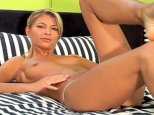 NICE BLONDE PALOMA MAKES AN AMAZING SOLO SHOW TOYING HER PUSSY