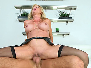 BEAUTIFUL & EXPERIENCED MILF RAQUEL SULTRA LOVES FUCKING COLLEGE DUDES