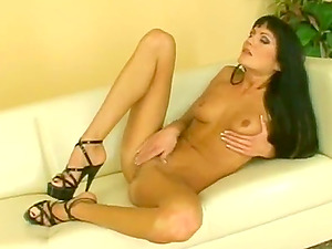 SEXY BRUNETTE WEARING HIGH HEELS DRILLS HER COOCHIE WITH A DILDO